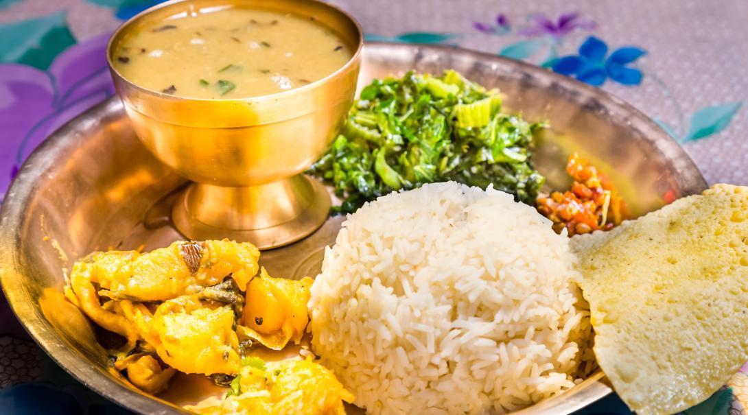 Un plat traditionnel népalais appelé Dal Bhat. Une combinaison de riz, de légumes et de soupe aux lentilles